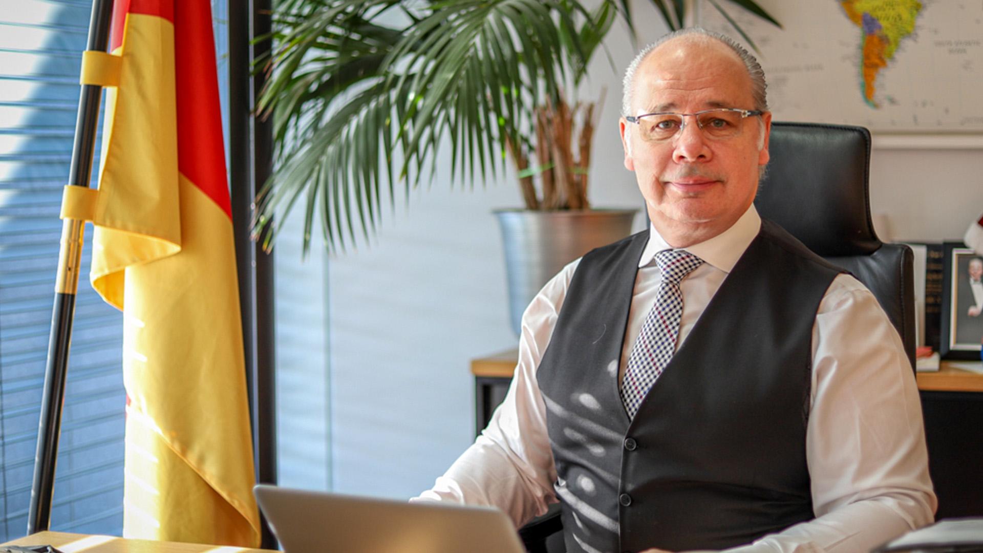20kw14 Dr. Georg Kippels am Tisch 1144