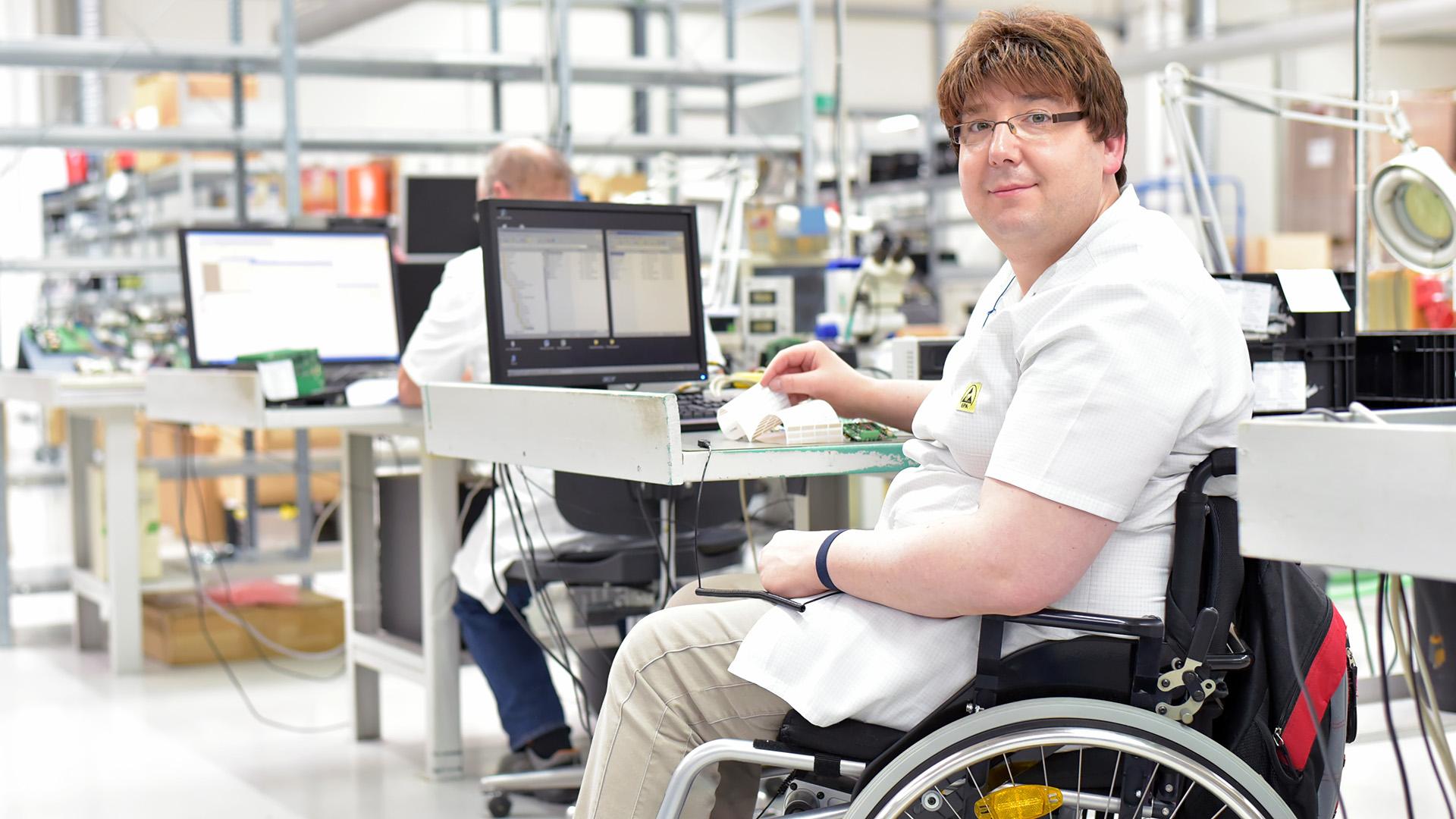 Rollstuhlfahrer am Arbeitsplatz